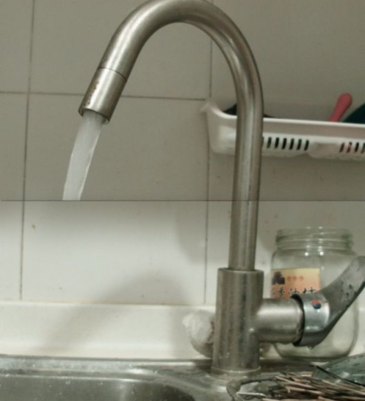 Still from Xin Yunpeng, Faucet, 2018. Dual channel video, 1'24