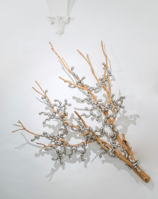 Loris Cecchini, Seed syllables, 2018, branch of sandblasted oak (Quercus ilex), stainless steel modules, 288 x 215 x 68 cm, Courtesy Galleria Continua