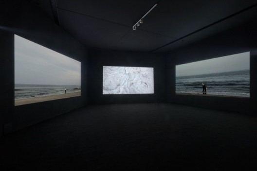 《伐冰渡海》 Axing Ice to Cross the Sea 胡晓媛 Hu Xiaoyuan 2012 3频录像 3-channel video 09'40'' 有声 With sounds ©胡晓媛 ©Hu Xiaoyuan 图片由艺术家和北京公社提供 Courtesy: the artist and Beijing Commune