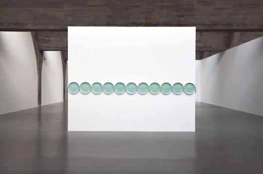 Liu Jianhua, Standard, porcelain, 1800x250x60cm, 2012 (image courtesy the artist and SGA) 刘建华, 标准, 瓷, 1800x250x60cm (图片礼貌艺术家和SGA)
