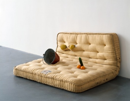 《纯赤》 Au Naturel  莎拉·卢卡斯 Sarah Lucas 1994  床垫,甜瓜,橘子,黄瓜,水桶 Mattress, melons, oranges, cucumber, water bucket  84 x 167.8 x 144.8 cm  © 莎拉·卢卡斯 © Sarah Lucas  由伦敦谋杀我收藏提供  Courtesy Murderme Collection, London  图片由红砖美术馆提供  Image Courtesy of Red Brick Art Museum
