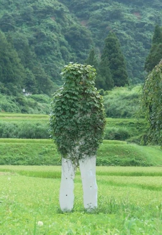 艾墨思(Thomas Eller),《人进入自然》,2000,铝板上丝网印刷,高400厘米,永久装置,越后妻有,新泻县,日本