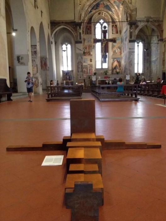 展示在意大利阿雷佐圣方济各教堂中的安东尼·格姆雷作品