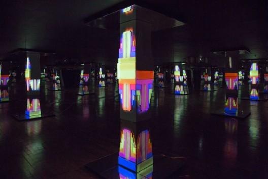 "卡耶塔诺·费勒 Cayetano Ferrer  无尽之柱 Endless Columns  2014  废弃美高梅垃圾桶合成物、泡沫塑料置于 木框、水性树脂、镜子、声音和光投影  尺寸可变 Salvaged MGM ash tray, polystyrene on wood frame, Acqua-Resin, mirrors, sound, and light projection Dimensions variable  洛杉矶郡艺术博物馆,由""艺术家此时此地:工 作室论坛""助资购买,2016 年 艺术家惠允 Los Angeles County Museum of Art, purchased with funds provided by Art Here and Now: Studio Forum, 2016  Courtesy of the artist"