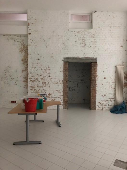 擦洗干净刚刚铺好的瓷砖地面,工作室明亮了许多,2019