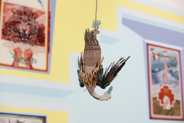 "克劳迪娅·马丁内斯·加拉伊,倒吊的鸭子,2020,四方当代美术馆委任作品,艺术家与GRIMM画廊(阿姆斯特丹、纽约)惠允;""灵与景""展览现场,四方当代美术馆  Claudia Martínez Garay, Jalapato / pulling duck, 2020, commissioned by Sifang Art Museum, courtesy of the artist and GRIMM Amsterdam   New York; installation view at 'Ten Thousand Things', Sifang Art Museum, Nanjing"