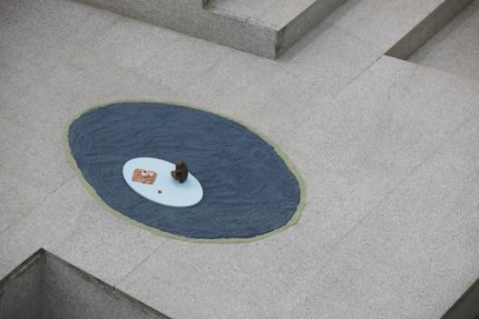"克劳迪娅·马丁内斯·加拉伊,抱着婴儿的女人,2019,艺术家与GRIMM画廊(阿姆斯特丹、纽约)惠允;""灵与景""展览现场,四方当代美术馆 Claudia Martínez Garay, mujer cargando bebe / woman carrying baby, 2019, courtesy of the artist and GRIMM Amsterdam   New York; installation view at 'Ten Thousand Things', Sifang Art Museum, Nanjing"