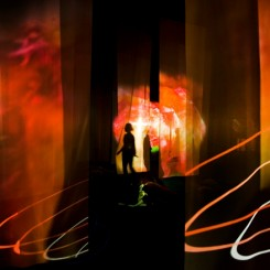 """展览场景: Pipilotti Rist: """"眼部按摩"""", Hayward 画廊。 """"Administrating Eternity"""" (2011). [摄影: Linda Nylind]"""