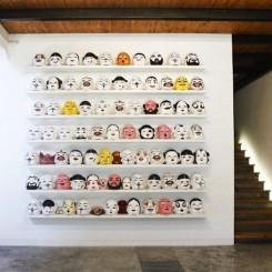 "Qiu Zhijie, ""Greeting,"" paper masks, silicon masks, variable dimensions, 2013  邱志杰, 《笑脸相迎》,纸制面具,硅胶面具,尺寸可变,2013"