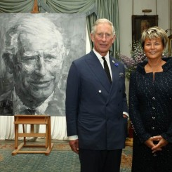 HRH The Prince of Wales with Myriam Ullens and Yan Pei-Ming's portrait. Photo: Paul Burns. Copyright: Clarence House.尤伦斯夫妇与严培明的《查尔斯王子肖像》。摄影:Paul Burns.版权:Clarence House