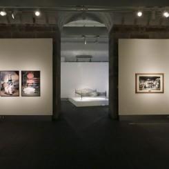 "Installation shot (left to right): Bani Abidi (b.1971, Karachi Pakistan) ""The Ghost of Mohammed Bin Qasim"", 2006 and ""The Boy Who Got Tired of Posing"", 2006, both from the series The Boy Who Got Tired of Posing (Photographed on October 27, 2013 by Jessica Hromas)装置场景(自左向右):巴尼•阿比迪(1971年生于巴基斯坦卡拉奇),《穆罕默德‧伊本‧卡西木之魂》,2006年;《厌倦摆姿势的男孩》,2006年——两部作品均来自《厌倦摆姿势的男孩》系列。(照片由Jessica Hromas摄于2013年10月27日)"