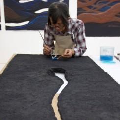 Han Sai Por at work at the Singapore Tyler Print Institute韩少芙在新加坡泰勒版画研究院