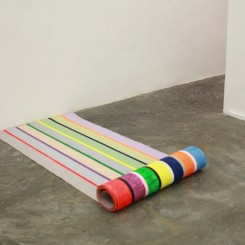 "Mit Jai Inn, ""Untitled (Scroll)"", oil on canvas, 2-sided, 60 x 350 cm, 2014 (courtesy of the artist and SA SA BASSAC)Mit Jai Inn,《无题(卷轴)》, 画布油画,双面,60 x 350 cm, 2014 (图片:艺术家及画廊)"