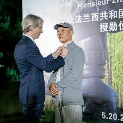 "Emmanuel Lenain, the Consul General of France in Shanghai, awarded the Chévalier de la Légion d'honneur (Legion of Honor) to the Chinese artist Zhang Huan张洹接受由法国政府颁发的""法国荣誉勋位勋章"""