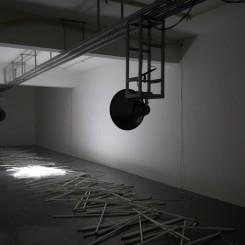 "Zhang Peili, ""Collision of Harmonies"",sound installation, track, speakers, computer, fluorescent light tubes, 2014张培力,《碰撞的和声》,声音装置,轨道,喇叭,电脑,日光灯管,2014"