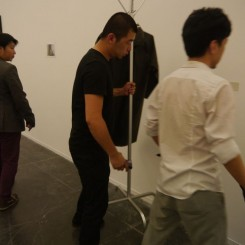 Zhao Zhao removing one work by Ai Weiwei 赵赵正在将艾未未的作品搬出展厅