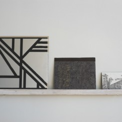"Luka Rayski, ""Untitled (Transformers, America, Niépce)"", 3 mixed media paintings on claybord, found stretcher bar, 16.5 x 38.6 in., 2013-2014Luka Rayski,《无题(变形金刚,美国,尼埃普斯)》,高岭土板上综合媒介绘画,拾得画架,42 x 98 cm,2013-2014© 2014 Luka Rayski, 致谢否画廊 | © 2014 Luka Rayski, courtesy Fou Gallery"