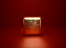 "James Lee Byars, ""The table of perfect"", gold leaf on white marble, 1989詹姆斯•李•拜尔斯,《完美之桌》,金片于白色大理石上, 1989"