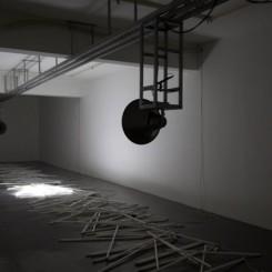 "Zhang Peili, ""Collision of Harmonies"",sound installation, track, speakers, computer, fluorescent light tubes, 2014 张培力,《碰撞的和声》,声音装置,轨道,喇叭,电脑,日光灯管,2014"