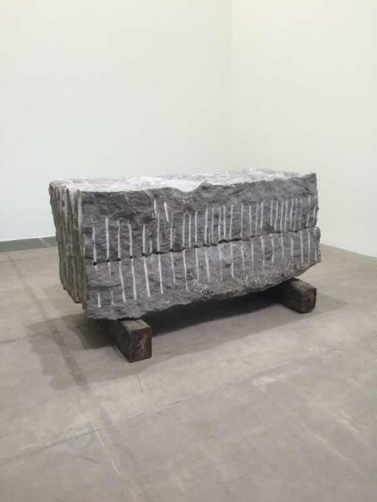《记忆》,青石两块,分别为50 x 210 x 83 cm,49 x 210 x 83 cm;枕木两块,均为22 x 16 x 109 cm,2012
