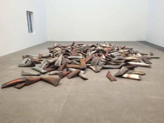 《人民》,旧钢管,空气,330件,尺寸从(高)6 x 35 x 8 cm到(高)10 x 60 x 35 cm不等,2014