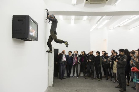 """""""Mr. Hungry"""" opening performance, Aike-Dellarco, Shanghai, 2014《饥饿先生》,展览开幕现场"""