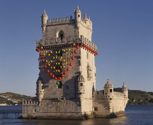 """""""A Joia do Tejo [The Jewel of the Tagus]"""", Site-specific installation, Torre de Belém, Lisbon, Nautical buoys and fenders, nautical cables, ballasted tubular structure, 1200 x 1300 x 1300 cm, Collection of the artist @DMF, Lisbon/©Unidade Infinita Projectos"""