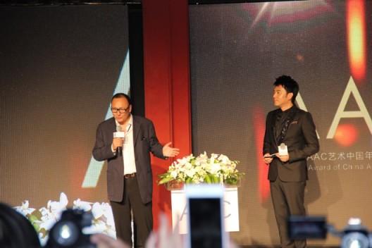评审委员会主席朱青生和主持人林依轮