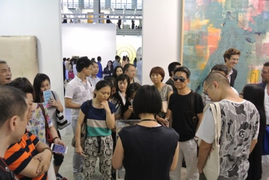 Crowds flood in Pearl Lam Gallery booth艺术门画廊展位人头攒动
