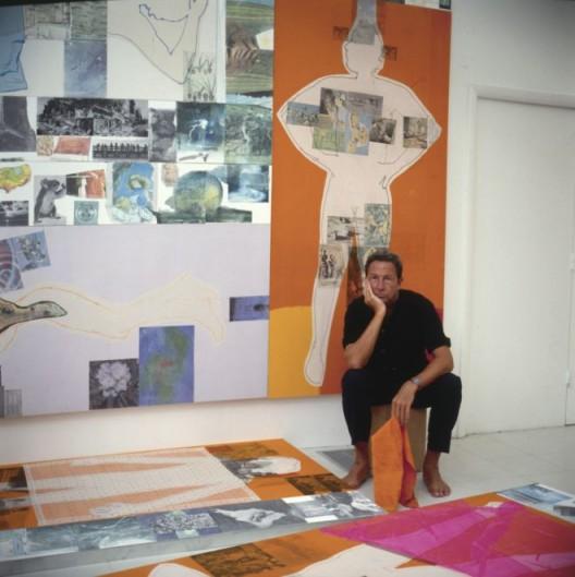罗伯特·劳森伯格在位于佛罗里达州开普提瓦岛的工作室创作《四分之一英里画作》(1981-1998),1983(由纽约的罗伯特·劳森伯格基金会档案馆收藏提供,摄影:Terry-Van-Brunt