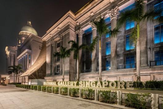 Building Facade_Night_UN Blue Light Up(夜景灯光下的建筑前景)_(Photo_credit_National_Gallery_Singapore)
