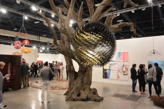 The best booth—once again neugerriemschneider show how to do it. Pictured—an Ai Weiwei tree and Olafur Eliasson chandalier.  (image courtesy the artist and gallery. Photo: Randian). 11.诺加林施耐德画廊再一次显示了如何打造最棒的展位。如图所示——艾未未之树与奥拉维尔·埃利亚松的吊灯(图片由艺术家和画廊提供,摄影:燃点)