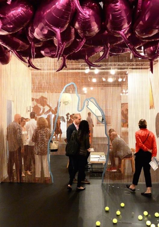 Esther Schipper, Berlin, with Philippe Parreno's quotation balloons.  (image courtesy the artist and gallery. Photo: Randian).柏林艾斯特·斯佩尔画廊与菲利普·帕雷诺气球挪用物(图片由艺术家和画廊提供,摄影:燃点)