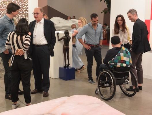 Ryan Gander at Lisson Gallery with founder Nicholas Logsdail (white shirt). 利森画廊创始人尼古拉斯·罗格斯戴尔与瑞安·甘德,前面是安尼施·卡普尔的新作(图片由艺术家和画廊提供,摄影:燃点)