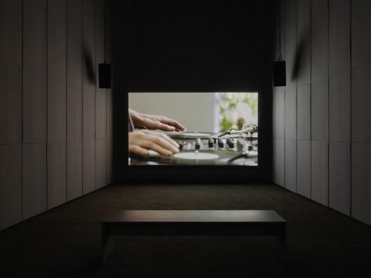 《解结》, 《安利·萨拉:回应我》个展现场,新当代艺术博物馆,2013. 图片由Galerie Chantal Crousel, Paris; Marian Goodman Gallery; Hauser & Wirth; and kurimanzutto, Mexico City. Photo: Maris Hutchinson / EPW Studio提供