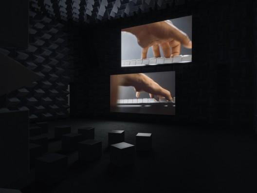 《结结》, 《安利·萨拉:回应我》个展现场,新当代艺术博物馆,2013. 图片由Galerie Chantal Crousel, Paris; Marian Goodman Gallery; Hauser & Wirth; and kurimanzutto, Mexico City. Photo: Maris Hutchinson / EPW Studio提供
