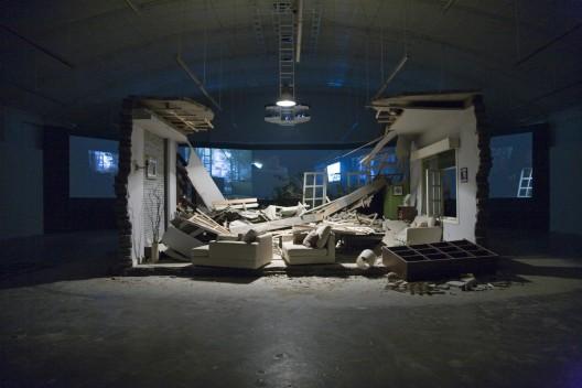 "张培力,《阵风》,展览现场,2008。Zhang Peili, ""A Gust of Wind"", installation view, 2008."