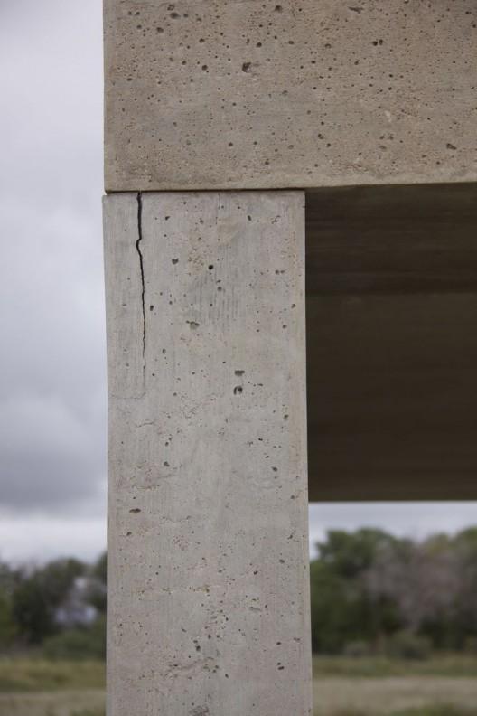 "唐纳德·贾德,《15 件无名混凝土作品》,2.5 × 2.5 × 5 m, 1980–1984(局部,展示了混凝土中的裂痕)(照片由辛那提 基金会保存工作室拍摄)/ Donald Judd, ""15 untitled works in concrete"", 2.5 × 2.5 × 5 m, 1980–1984 (detail showing crack in the concrete) (Photo by Conservation Studio, the Chinati Foundation)"