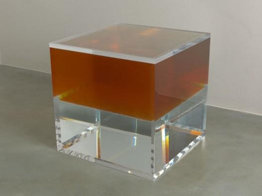 黄然,《同某种安逸相关联的此起彼伏的欲望》(The Rise and Fall of Desires Associating with Some Comfort),壓克力箱, 油, 水(Acrylic Tank, Oil, Water),60x60x60cm,2012