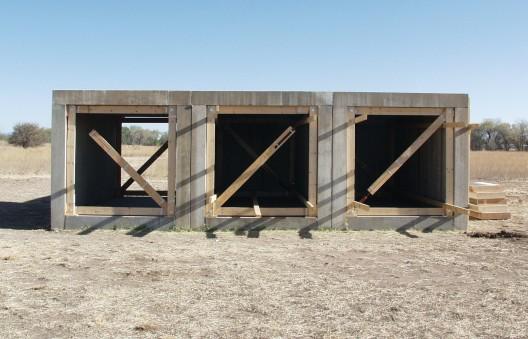 """唐纳德·贾德,《15 件 无名混凝土作品》, 2.5 × 2.5 × 5 m,1980–1984  (局部)。永久收藏, 辛那提基金会,马尔 法,德克萨斯州(照片 由道格拉斯·塔克拍 摄,2009,图片由辛那 提基金会提供。作品 版权属于贾德基金会/ 由纽约 VAGA 授权)/ Donald Judd,  """"15 untitled works in concrete"""", 2.5 × 2.5 ×  5 m, 1980–1984 (detail, braced). (Photo by Conservation Studio, the Chinati Foundation)"""