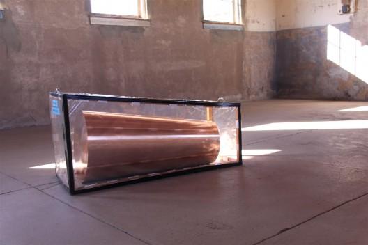 "罗尼·霍恩,《事情反复发生,为一在此者,一在彼 者》,实心铜,每一个的直径是34.2 cm 逐渐减少 至 30.5 cm,1986–1991(照片展示了北面的作品,另 一个被隐藏)。从贾德基金会长期租借,辛那提基金 会,马尔法,德克萨斯州(照片由辛那提基金会保存 工作室拍摄) / Roni Horn, ""Things That Happen Again: For a Here and a There"", solid copper, each 34.2 cm diameter tapering to 30.5 cm, 1986–1991 (photos show the work on the north side, covered). On long-term loan from Judd Foundation, the Chinati Foundation, Marfa, Texas (Photo by Conservation Studio, the Chinati Foundation)"