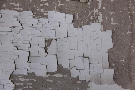 "伊利亚·卡巴科夫,《学校 6 号》,混合媒介,尺寸 可变,1993(局部,展示墙面卷起的墙漆)。永久收 藏,辛那提基金会,马尔法,德克萨斯州(照片由 辛那提基金会保存工作室拍摄) / Ilya Kabakov, ""School No. 6"", mixed media, dimensions variable, 1993 (details showing lifting wall paint).  Permanent collection, the Chinati Foundation, Marfa, Texas (Photo by Conservation Studio,  the Chinati Foundation)."