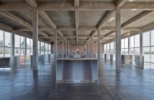 "唐纳德·贾德,《100 件无名磨铝作品》,104 × 129.5 × 183 cm,1982–1986。永久收藏,辛那提基金会,马尔法,德克萨斯州(照片由道格 拉斯·塔克拍摄,2009,作品版权属于贾德基金会/由纽约VAGA授权) / Donald Judd, ""100 untitled works in mill aluminum"",  104 × 129.5 × 183 cm, 1982–1986. Permanent collection, the Chinati Foundation, Marfa, Texas (Photo by Douglas Tuck, 2009, Art © Judd Foundation/Licensed by VAGA, New York, NY)"