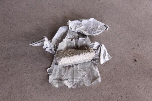 """伊利亚·卡巴科夫,《学校 6 号》,综合材料,尺寸可变,1993(照片展示了砖下被替换的纸张,1号房间)。永久收藏,辛那提基金会, 马尔法,德克萨斯州(照片由辛那提基金会保存工作室拍摄) / Ilya Kabakov, """"School No. 6"""", mixed media, dimensions variable, 1993 (photo shows replaced paper under brick, room 1). Permanent collection, the Chinati Foundation, Marfa, Texas (Photo by Conservation Studio, the Chinati Foundation)"""
