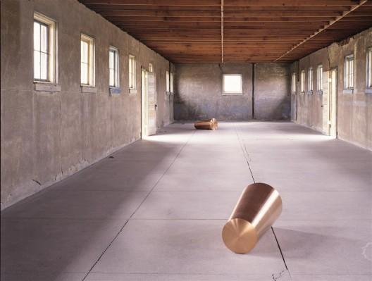 "罗尼·霍恩,《事情反复发生,为一在此者,一在彼者》,实心铜,每个的直径是 34.2 cm 逐渐减少至 30.5 cm,1986–1991。从贾德基金会 长期租借,辛那提基金会,马尔法,德克萨斯州(照片由佛洛里安·豪泽尔拍摄,2001,图片由辛那提基金会提供,版权属于罗尼·霍 恩,纽约) / Roni Horn, ""Things That Happen Again: For a Here and a There"", solid copper, each 34.2 cm diameter tapering to 30.5 cm, 1986–1991. On long-term loan from Judd Foundation, the Chinati Foundation, Marfa, Texas (Photo by Florian Holzherr, 2001; courtesy of the Chinati Foundation. © Roni Horn, New York)"