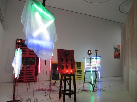 陈劭雄,《耗电72.5小时》,装置,1992. Chen Shaoxiong,