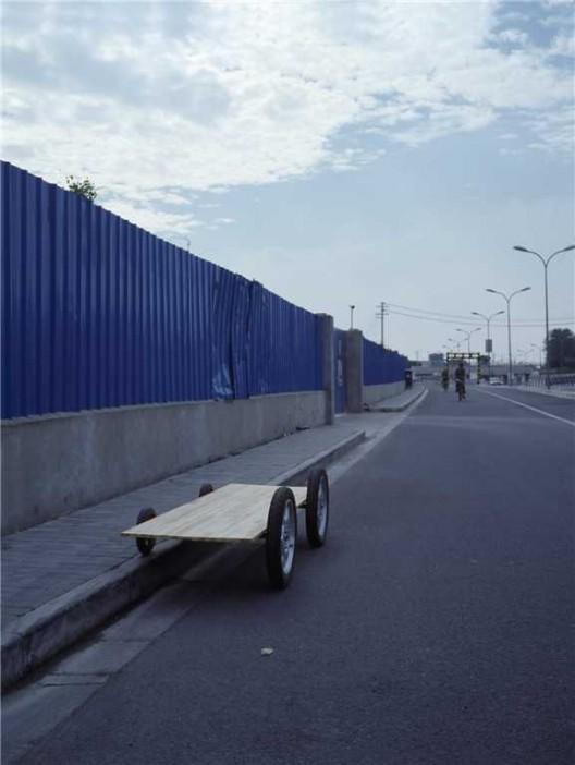 """廖斐,《车子1》,照片,36 × 27 cm,2015(图片由艺术家和偏锋新艺术空间提供)/ Liao Fei, """"Vehicle-1"""", photograph, 36 × 27 cm, 2015 (courtesy the artist and PIFO gallery) 沈莘,《付出式批评》,录像剧照,2015 / Shen Xin, """"The Gay Critic"""", video still, 2015"""