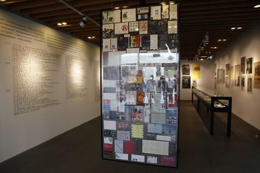 """关于展览的展览:90年代的当代艺术展示"",展览现场""An Exhibition About Exhibitions: Displaying Contemporary Art in the 1990s"", installation view"