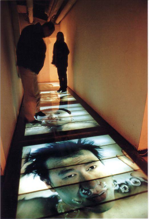 """1999年1月,""""后感性:异形与妄想""""展上王卫的摄影装置《水下·三十分之一秒》(1999年)Wang Wei,"""