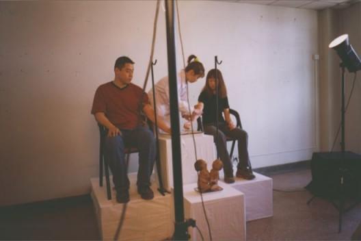 """2000年4月22日,""""对伤害的迷恋""""展上孙原、彭禹的行为作品《连体婴儿》 Sun Yuan and Peng Yu,"""